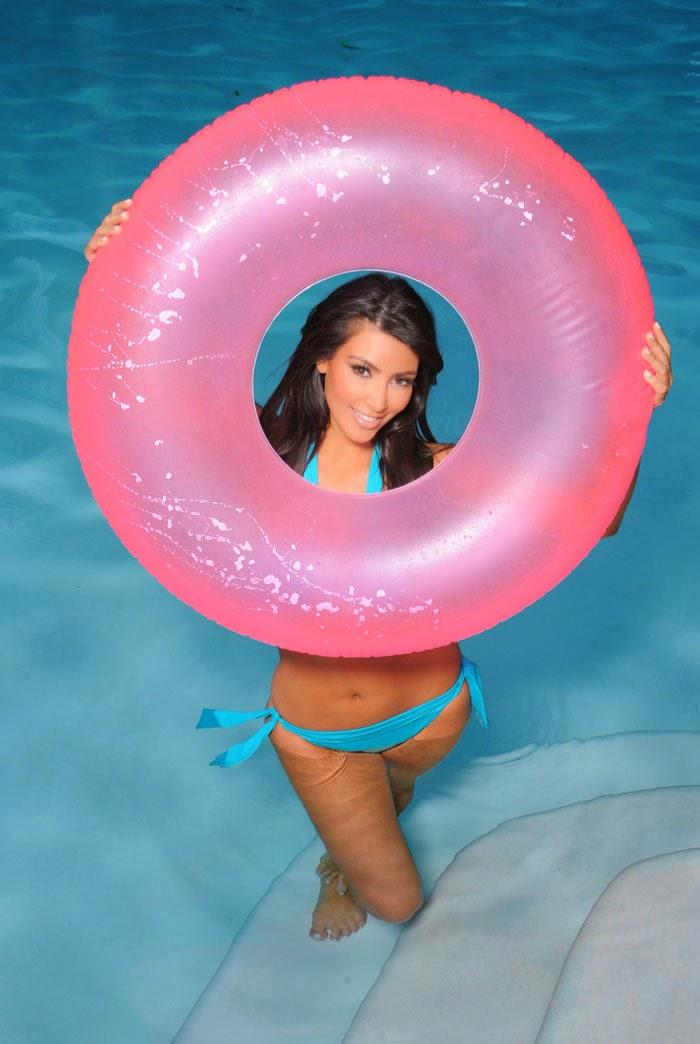Ким Кардашян (Kim Kardashian) в фотосессии у себя дома в Лос-Анджелесе (7 июля 2009)
