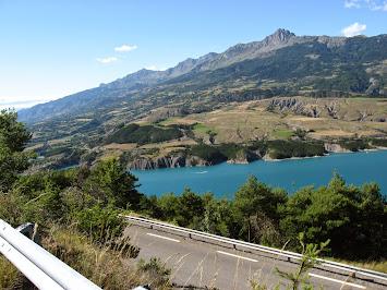 En laissant la route principale, vue sur le lac de Serre-Ponçon