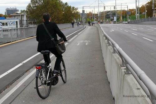 Klasyczna droga dla rowerów wzdłuż jednej z arterii.