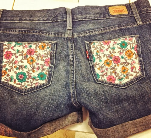 short jeans customizado com bolso de estampa floral