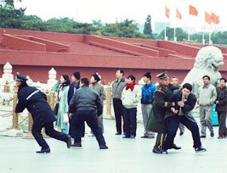 Tirani diabadikan dalam jepretan kamera : Polisi berseragam dan berpakaian preman menangkap kurang lebih 10 praktisi Falun Gong, yang datang ke Lapangan Tiananmen untuk memohon secara damai supaya penganiayaan terhadap Falun Gong diakhiri, pada tanggal 9 November 2000. (Global Photos/Liaison)