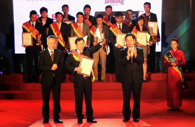 TS. Tạ Ngọc Cầu thay mặt Cao đẳng thực hành FPT Polytechnic lên nhận giải thưởng.