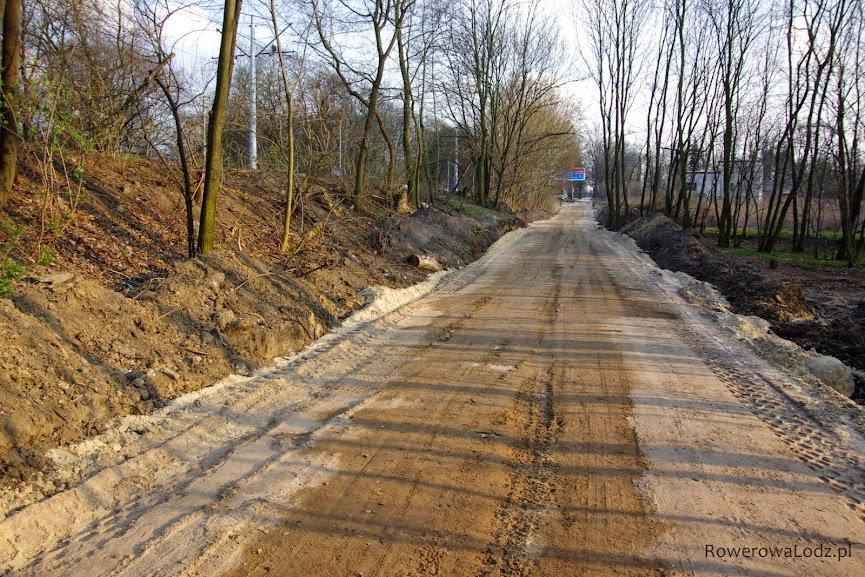 Droga dla rowerów i chodnik będą poniżej poziomu torowiska i jezdni. Będzie zatem stromy podjazd.