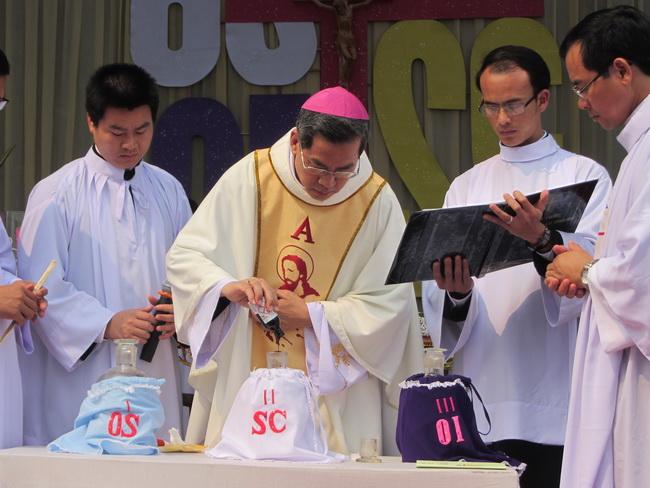 Thánh lễ truyền phép dầu, năm 2013, tại giáo xứ Quảng Nạp