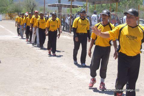 Equipo Agua y Drenaje saludando al final del juego en el softbol del Club Sertoma