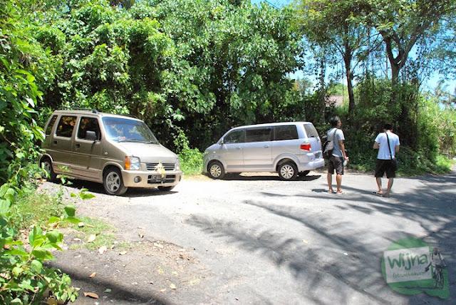 area parkir air terjun Tegenungan Bali yang luas dan muat menampung banyak mobil