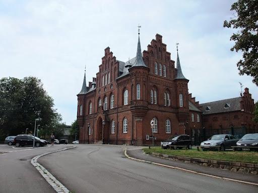 茶色いレンガ造りの建物