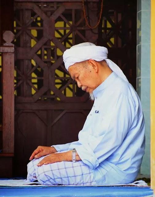 Biodata YAB Dato' Bentara Setia Tuan Guru Haji Nik Abdul Aziz Nik Mat