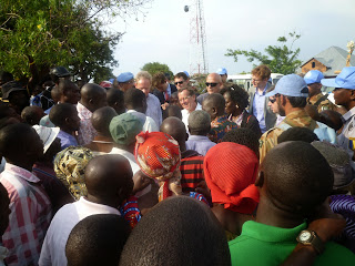 Le patron de la Monusco, Martin Kobler, au milieu de la foule à Mutarule (Sud-Kivu). Radio Okapi/Ph. Fiston Ngoma.