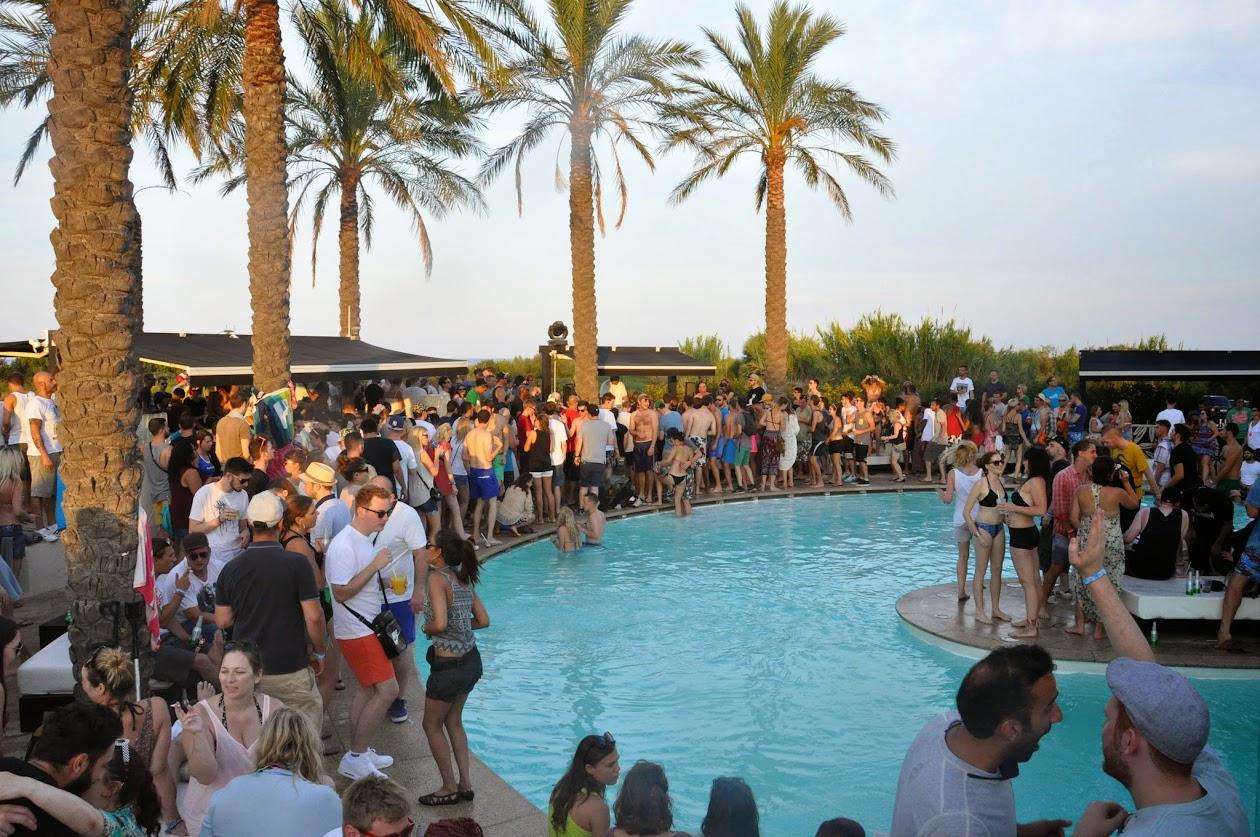 Вечеринка в Hal Bour неподалеку от пляжа.