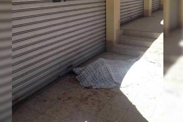 Aparece sin vida frente a mercado