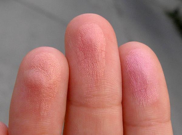 Закаты Марракеша - Румяна ArtDeco Bronzing Glow Blusher - свотчи на пальцах в тени