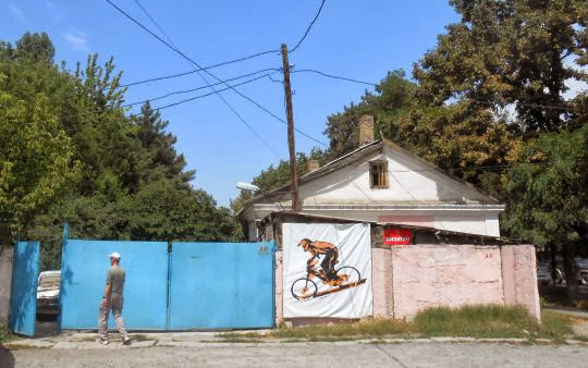 Hinterhof-Eingang zu FreeBike in Ulitsa Kulatova, Bischkek, Kirgistan; Кыргызстан, г. Бишкек, ул. Кулатова 18