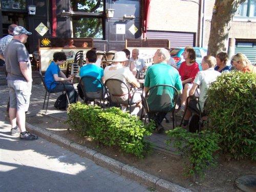 Eindelijk in Halle. Alvorens naar de mis te gaan, een koekje en drankje meepikken op café.