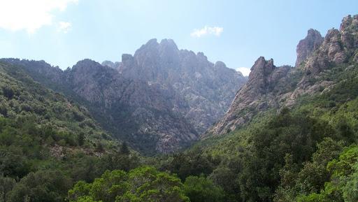 Le massif de Popolasca avec les contreforts W de Punta Cavallare au-dessus du ravin du Negrettu