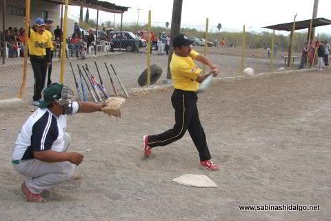 Homero Montemayor de Agua y Drenaje en el softbol del Club Sertoma