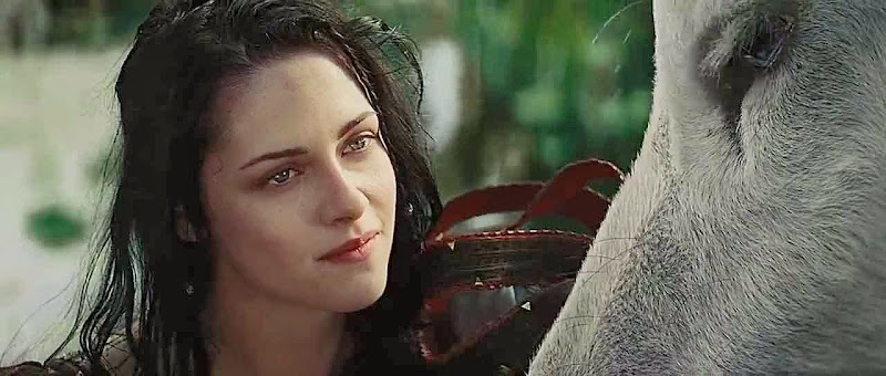 Screen Shot Of Hollywood Movie Snow White and the Huntsman (2012) In Hindi English Full Movie Free Download And Watch Online at Alldownloads4u.Com