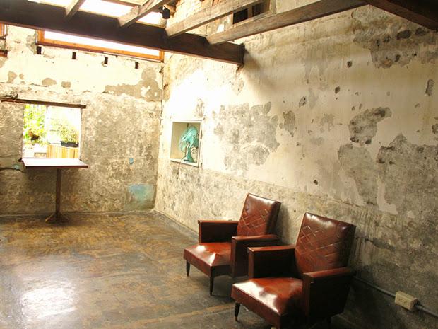 2樓則保留了老屋原始的樣貌,沒有多餘的裝潢,只有歷史感的皮革座椅映著斑駁的水泥牆面。這是讓人可以靜下心,純粹用心感受的的展演空間。-台中咖啡館-拾光機。壹号
