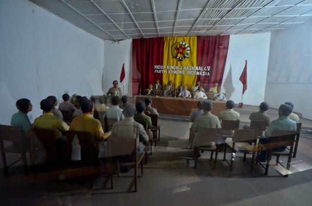 Komuniści tworzą partię PKI.
