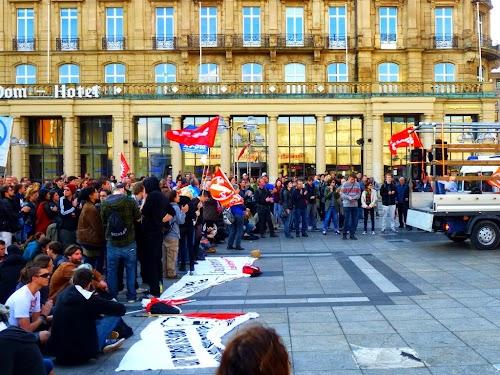 Demonstranten mit Fahnen.