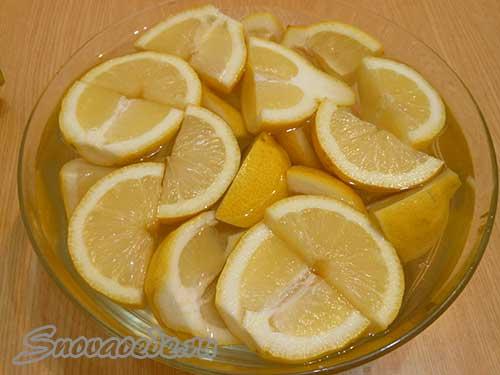 залить лимоны водой