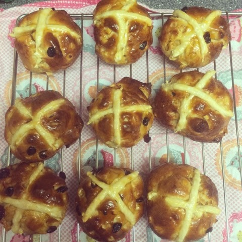 hot-cross-buns-easter-food-baking-homemade