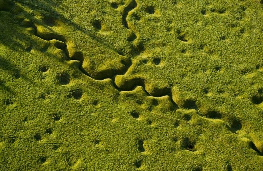 Local da Batalha do Rio Somme, França. Notam-se crateras e parte do sistema de trincheiras utilizado durante o período de desgaste. Disputada entre os dias de 24 de junho e 18 de novembro de 1916, o Rio Somme foi tingindo de vermelho-sangue na sangrenta luta de trincheira que deixou mais de 1 milhão e 100 mil mortos. Somente no primeiro dia da ofensiva com infantaria, em 1º de julho, os britânicos contaram mais de 57 mil cadáveres. Fotografia: Michael St. Maur Sheil.