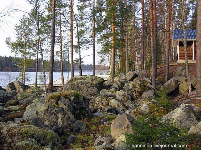 Седые замшелые камни на берегу озера