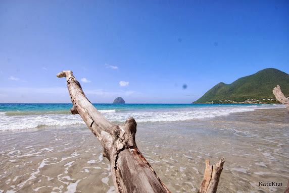 Пляж получил свое название благорадя маленькому острову, торчащему из воды и похожему на ограненный алмаз