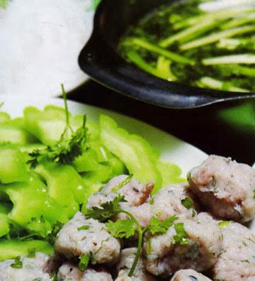 LẨU CÁ THÁC LÁC – KHỔ QUA Soup chopped – fish and bitter melon in hot pot  Soupe Hachis frit de poisson et margotin dans la fondue