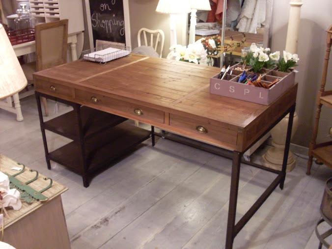 Mesas escritorio que combinan la madera natural y el metal for Mesa escritorio moderna