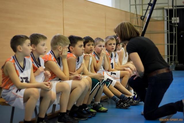 Марина Приказчикова дает указания своим ученикам перед игрой. команда юношей 2006 года рождения