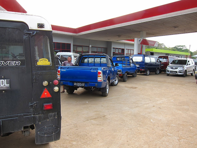 queueing at gas station