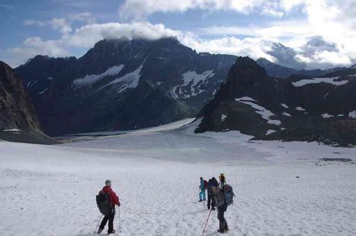Descente vers le haut glacier d'Arolla (au fond dans les nuages le sommet des Bouquetins)