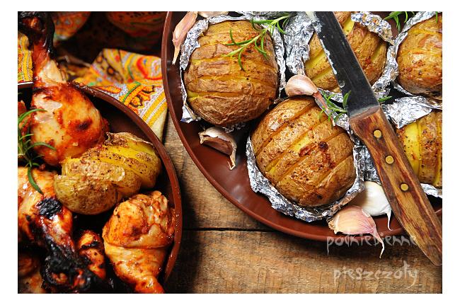 Kurczak w ketchupowej marynacie i czosnkowe ziemniaki