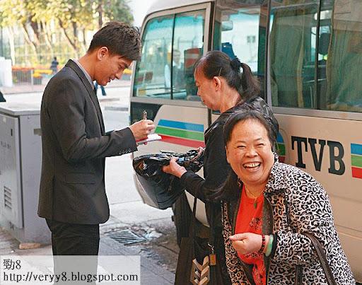 可以同馬國明合照,仲送埋簽名,呢位師奶個笑容,開心過自摸十三麼。
