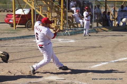 Rafael Jasso bateando por CNC en el softbol sabatino