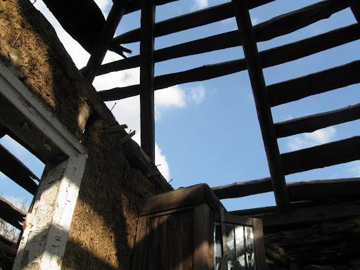 крыша полуразрушенного дома