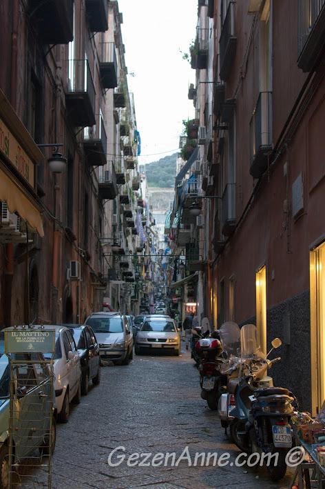 Napoli'de Toledo caddesine çıkan sokaklardan biri