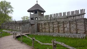Na zdjeciu brama i mury obronne w Biskupinie