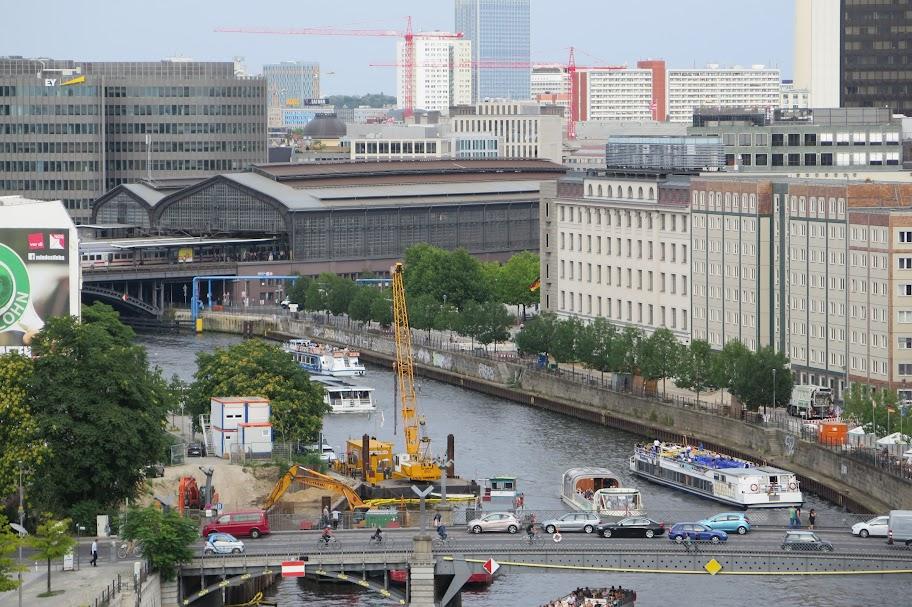 Vom Dach des Reichstages hat man diesen Blick auf den Bahnhof