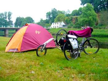randonnee en trottinette le long du canal de Nantes à Brest, hebergement sous la tente