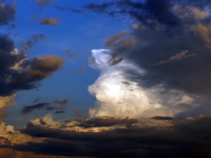 Un cielo cargado de nueves blancas y negras con un fondo azul