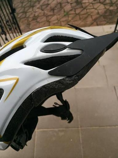 Helm Sepeda Pecah Akibat Kecelakaan