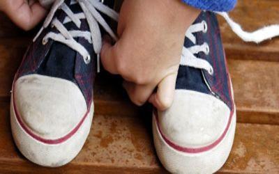 atandose los zapatos
