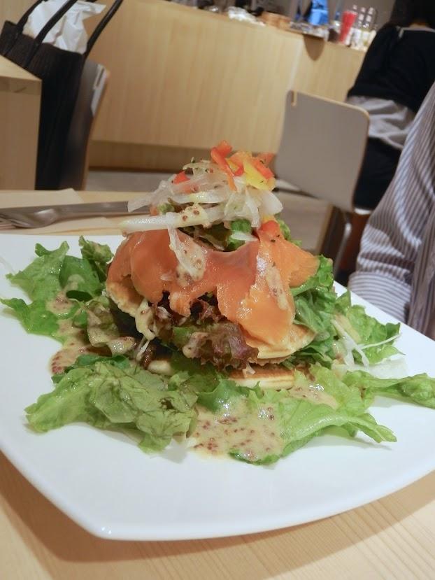 スモークサーモンのサラダパンケーキ