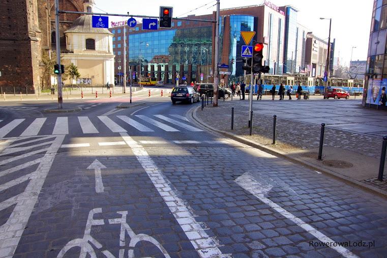 Rowerem można pojechać na wprost (przez torowisko tramwajowe)
