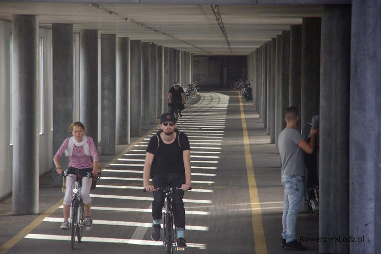 Droga dla rowerów w środku Jacob Burckhardt haus