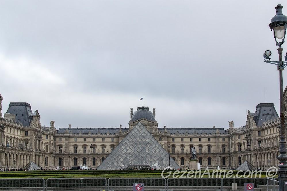 Louvre müzesi ve önündeki cam piramit, Paris