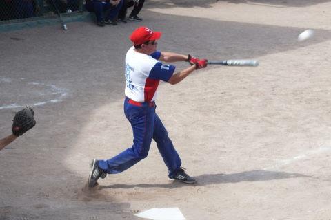 Juan Manuel Siller de Hipertensos en el softbol dominical de Bellavista